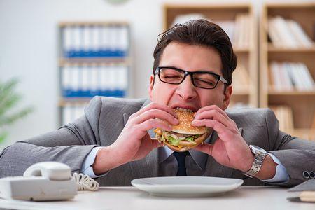 أسباب الأكل العاطفي وكيف يمكن التعامل معه