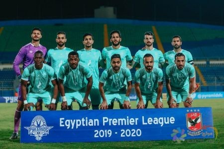 محمد الشناوي مع زملائه في النادي الأهلي أمام بيراميدز في الدوري المصري الممتاز