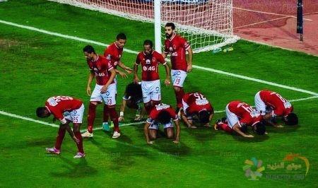صورة عبدالله السعيد مع نجوم الأهلي