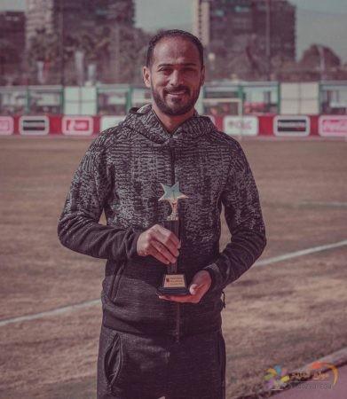 صورة وليد سليمان متسلماً أحد جوائزه في النادي الأهلي
