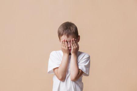 صورة طفل خجول , الخجل عند الأطفال