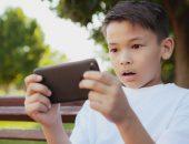 المخاطر التي تواجه الأبناء على الانترنت وكيف نحميهم منها