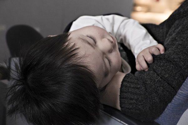 علاج اللوز للاطفال،إلتهاب اللوزتين،طفل مريض، صورة