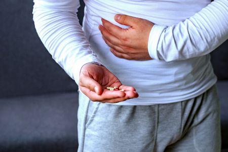 صورة , رجل مريض , التهاب الزائدة الدودية , ألم البطن
