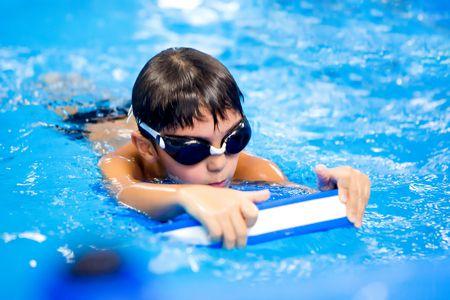 صورة , طفل يسبح , رياضة السباحة
