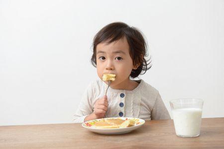 Child eats , قصص الأطفال , أكل صحي , صورة