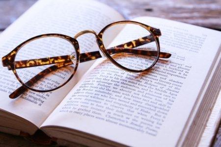 صورة , كتاب , نظارة , متلازمة الحساسية الضوئية