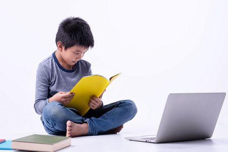تشجيع الطفل , القراءة, صورة