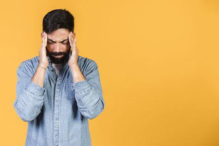 أسباب الصداع المتكرر ومخاطره الصحية