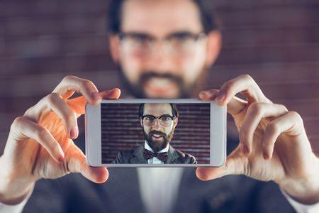 صورة , رجل , موبايل , توصر الموبايل , ظاهرة السيلفي