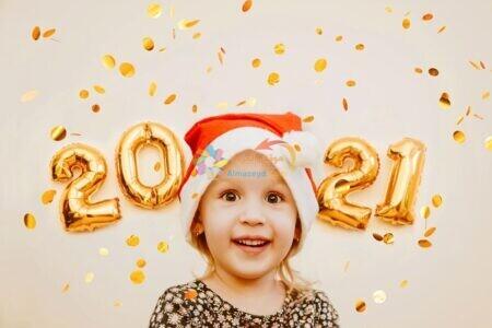 طفل جميل مع صورة العام الجديد 2021 ذهبية
