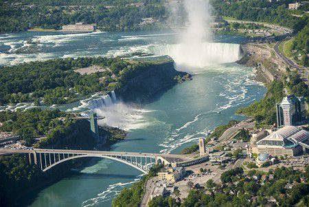 كندا ، السياحة ، شلالات نياجرا ، حديقة بانف ، جبال روكي ، برج سي إن ، كيبيك القديمة