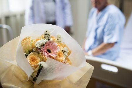 صورة , مريض , زيارة المريض , زهور