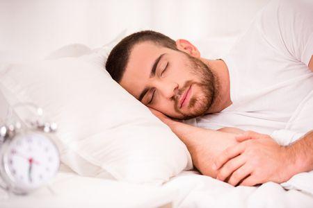 صورة , رجل نائم , ساعات النوم