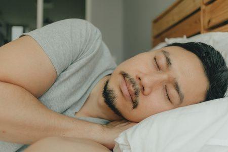 صورة , رجل نائم , ساعات النوم , النوم الصحي