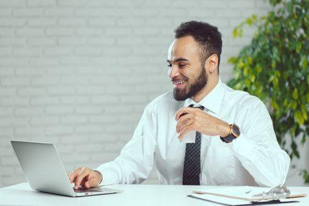 صورة , رجل , التواصل الإجتماعي , الأجهزة الإلكترونية , العلاقات الأسرية