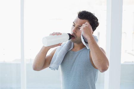 صورة , رجل , شرب الماء , جفاف الفم