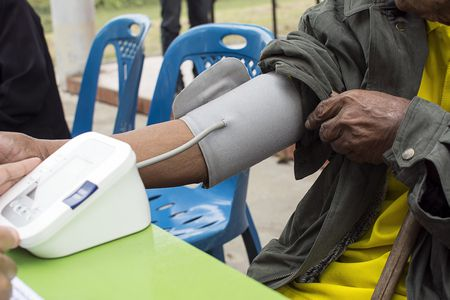 صورة , رجل , جهاز قياس الضغط , ارتفاع ضغط الدم