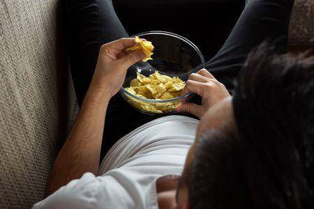 صورة , رجل يأكل , تناول الطعام ليلاً