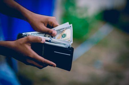 طرق الدفع، الدفع نقداً , البطاقة الائتمانية، paying off ، صورة