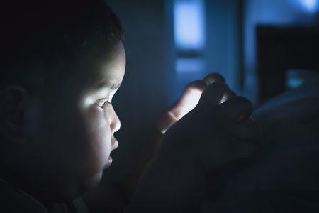 استخدام الموبايل ليلاً , أضرار استخدام الموبايل , هل الموبايل يسبب العمى