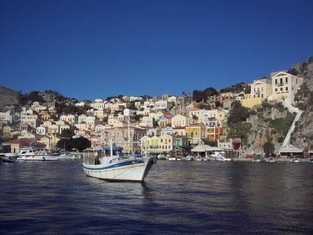 السياحة ، جزيرة سيمي ، الفنادق ، المطاعم ، الشواطئ ، قلعة الفرسان ، دير بانورميتيس
