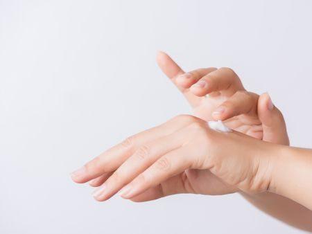 صورة , يد , جفاف البشرة , كريم مرطب , العناية بالبشرة